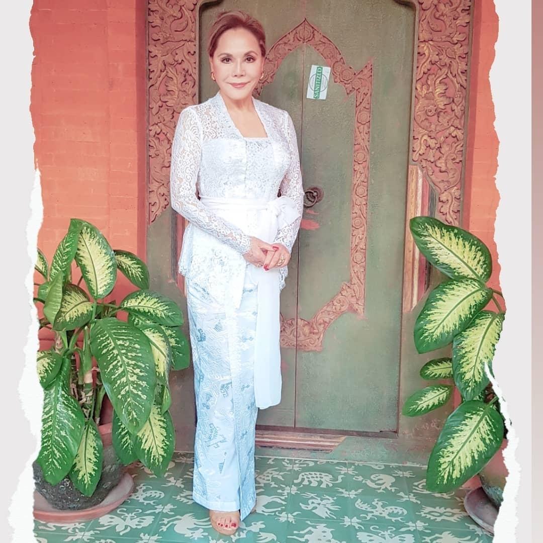 10-Pesona-Kecantikan-Ratna-Sari-Dewi-Juri-Miss-Universe-Dalam-Busana-Kebaya